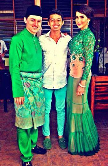 Zain Saidin (kiri) bersama Ammar Effendy dan Rozita Che Wan ketika berhari raya di rumah kekasihnya itu pada Hari Raya kedua lalu. Pasangan kekasih itu memilih warna hijau pada Syawal kali ini.