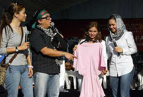 Datuk Siti melelong blaus berwarna pink yang pernah dipakainya ketika menghadiri majlis Anugerah Bintang Popular (ABPBH) 1999 dan dibida oleh Zarina Zainuddin pada harga RM420. -foto The Star oleh SHAARI CHE MAT