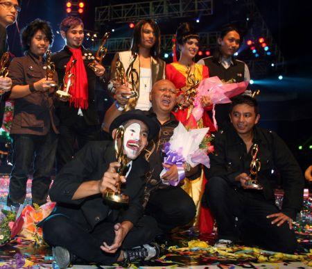 Saat bahagia Julfekar (duduk dua dari kanan) dan Farawahida (berdiri dua dari kanan) ketika memenangi kategori Etnik Kreatif menerusi lagu 'Persoalan Cinta' dalam Anugerah Juara Lagu ke-23.