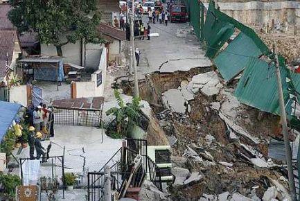 JALAN MENDAP..Sebatang jalan mendap teruk petang semalam mengakibatkan 22 keluarga yang tinggal di kawasan Kuarters DBKL dan JKR Jalan San Peng, Kuala Lumpur dipindahkan ke sebuah hotel berhampiran. Foto SIN CHEW.