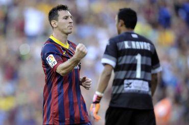 Aksi Messi selepas menjaringkan sepakan penalti ketika bertemu Levante dalam aksi La Liga, Isnin.