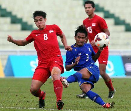 Aksi pemain Thailand dan Singapura pada perlawanan bola sepak Pestabola Merdeka 2013 yang berlangsung di Stadium Darul Makmur pada Isnin. -foto S.S.KANESAN/The Star