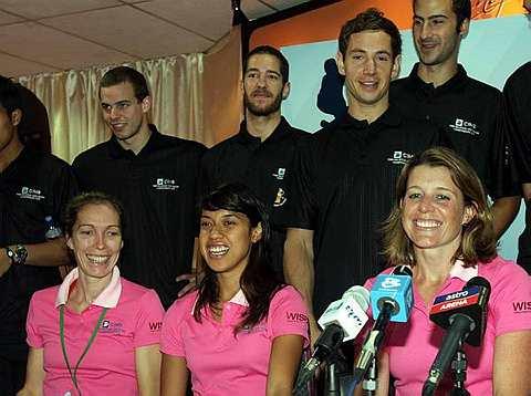 Nicol (duduk tengah) bergambar bersama-sama pemain yang mengambil bahagian pada Kejohanan Terbuka CIMB Malaysia 2010. Foto THE STAR RAJA FAISAL HISHAN