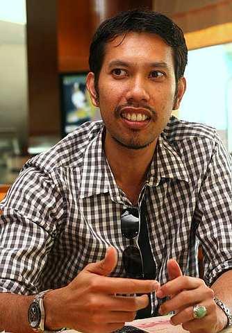 Roslin Hashim didakwa oleh isterinya telah berlaku curang dengan produser Raja Azmi.