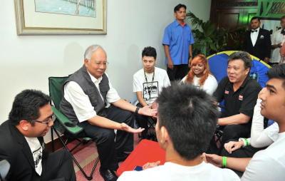 Najib meluangkan masa bersama peserta