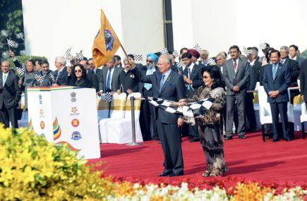 Perdana Menteri Datuk Seri Najib Tun Razak dan isterinya Datin Seri Rosmah Mansor semasa kibaran bendera