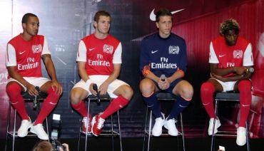 Walcott (kiri) bersama  Jack Wilshere, Wojciech Szczesny dan Alex Song ketika sesi temuramah bersama media ketika kunjungan Arsenal ke Malaysia tahun lalu.