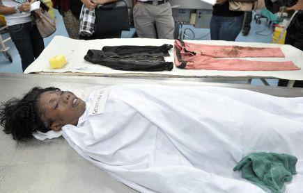 MAYAT WANITA MANGSA NAHAS...Pihak Hospital Kuala Lumpur menunjukkan kepada media seorang wanita serta sepasang pakaian dan subang dipakai mangsa yang terbunuh dalam kemalangan ngeri di Genting Highlands yang membabitkan sebuah bas ulang alik kelmarin untuk paparan agar individu yang mengenali mangsa dapat menuntut mayat tersebut di Kuala Lumpur pada Jumaat. -Foto BERNAMA