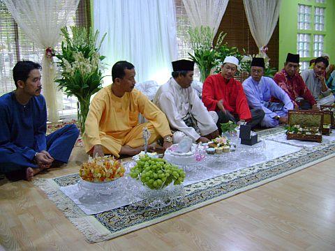 Wakil Raja Azmi, Amir Yusof (berbaju merah dan bersongkok putih) dan wakil Mohd Shadan, Hamid Hashim (tiga dari kiri) yang juga abang sepupunya terlibat dalam sesi perbincangan mengenai pernikahan antara kedua-dua pihak.