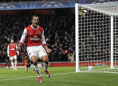 Walcott menjaringkan gol kedua Arsenal.