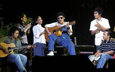 Jamal bersama artis-artis Istana Budaya 'melakonkan' semula watak zaman remajanya sebelum menyertai Bintang RTM - foto THE STAR oleh RAJA FAISAL HISHAN