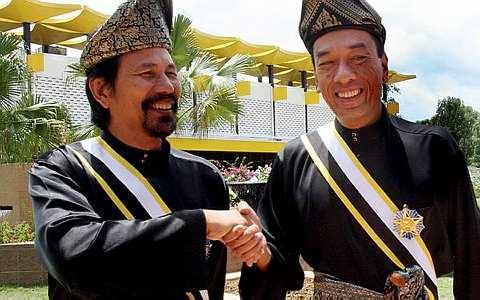 M.Nasir (kiri) bersama Ramli MS yang kini bergelar Datuk selepas menerima Darjah Indera Mahkota Pahang.