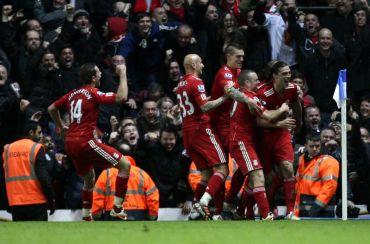 Carroll (kanan) meraikan gol ketiga Liverpool bersama rakan sepasukan.