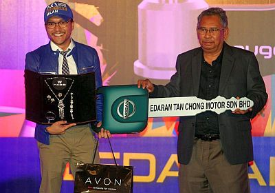 Shaheizy Sam (kiri) menerima replika kunci kereta  Nissan 370Z Coupe yang dimenanginya sebagai Bintang Paling Popular ABPBH 2012 daripada Mior Kamarul Shahid.