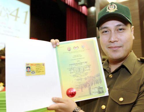 Zed menunjukkan sijil watikah pelantikannya sebagai Leftenan Kolonel (Kehormat) Rela yang diterima pada pagi Ahad. - Foto oleh RICKY LAI
