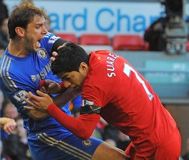 Suarez (kanan) menggigit lengan Ivanovic ketika aksi Liga Perdana Inggeris musim lalu.