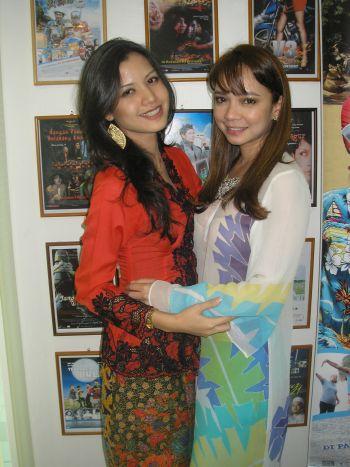 Nora bergandingan dengan sahabat baiknya, Lisa Surihani menerusi filem 'Jangan Pandang Belakang Congkak 2'. -foto mStar oleh SITI AZIRA