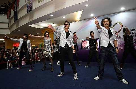 Aril, Anith, Hafiz dan Akim ketika menjayakan showcase Kau Dan Aku 2 di Plaza Alam Sentral, Shah Alam, Sabtu. - Foto oleh ART CHEN