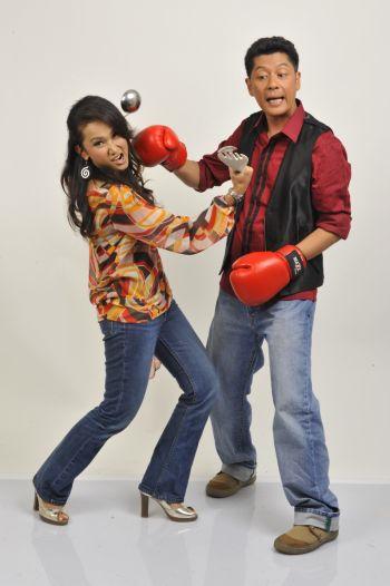 Shamsul mengacarakan program Apa-Apa Aje bersama Amy Mastura. -foto TV3