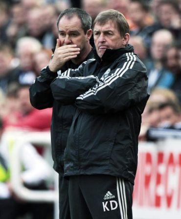 Clarke (kiri) bersama Dalglish ketika menyaksikan perlawanan Liverpool menentang Newcastle April lalu.