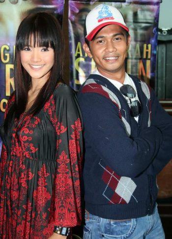 Almy dan Fizz berjumpa di sidang media Anugerah Skrin 2009 selepas dua minggu tidak berjumpa. -foto mStar oleh SITI AZIRA