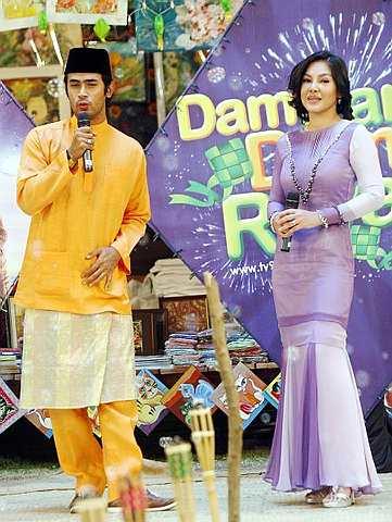 Remy (kiri) dan Umie Aida mendendangkan lagu semasa majlis pelancaran Dam Dam Dum Raya di One Utama, baru-baru ini. - Foto THE STAR Oleh AZLINA ABDULLAH