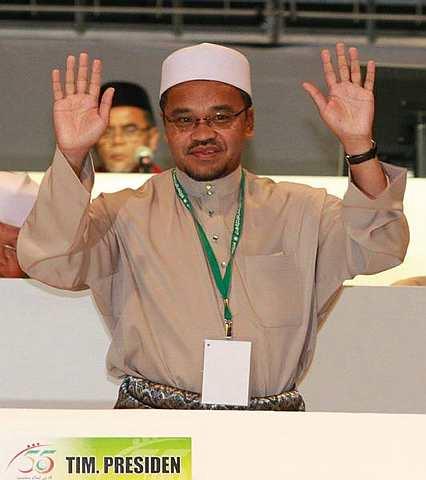 PERTAHAN JAWATAN.. Nasharuddin Mat Isa berjaya mempertahankan jawatan Timbalan Presiden PAS yang disandangnya selama tiga penggal berturut-turut. Beliau memperoleh 480 undi. Foto THE STAR Oleh:RAJA FAISAL HISHAN.