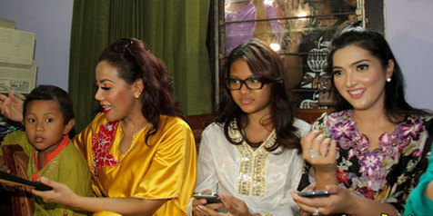 Ashanty (paling kanan) bersama Aurel semasa melawat ke rumah anak-anak yatim.