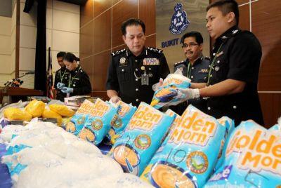 Mohd Bakri (tiga, kanan) menunjukkan sebahagian dadah yang dirampas yang dianggarkan bernilai RM14 juta pada Sidang Media mengenai penumpasan dua sindiket pengedaran dadah antarabangsa di sekitar Lembah Klang dan Negeri Sembilan di Kuala Lumpur, Selasa. Foto YAP CHEE HONG / THE STAR