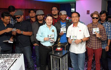 Ahmad Izham Omar (dua dari kanan) bersama artis pemenang AJL27 lalu.