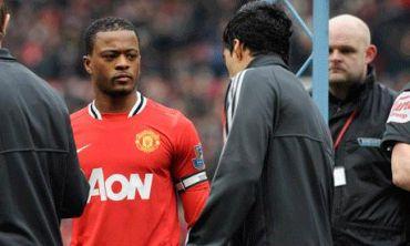 Suarez (kanan) menolak untuk bersalam dengan Evra sebelum perlawanan Liga Inggeris Sabtu lalu.