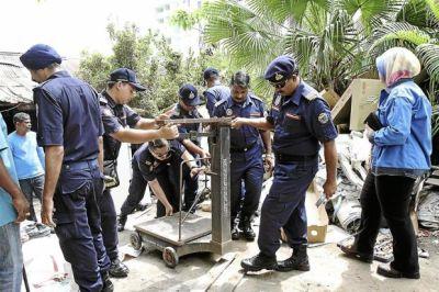 Para pegawai MPSJ merampas penimbang berat dalam satu operasi terhadap vendor serpihan logam di Subang Jaya dan Puchong.