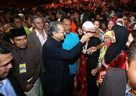 Tun Dr Mahathir Mohamad bersalaman dengan peserta program Wacana Institusi Beraja dan Melayu dalam Perlembagaan Persekutuan daripada Perspektif 1Malaysia di PWTC hari ini. --fotoTHESTAR, AZMAN GHANI