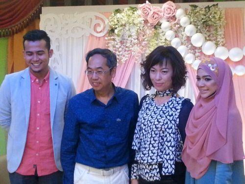 Habibbullah (kiri) turut hadir pada majlis sidang media pengumuman tarikh pernikahannya dengan Diana yang diadakan di pejabat Metrowealth International Group (MIG) dekat Petaling Jaya. Turut memberi sokongan adalah Ketua Pegawai Eksekutif (CEO) MIG David Teo dan isterinya, Jane Lim.