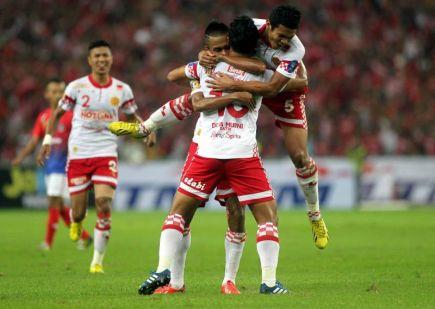 Pemain Kelantan meraikan jaringan gol pertama oleh Mohd Norfarhan pada minit ke-16. Kelantan dahuli JDT 1-0. -foto SHAHRUL FAZRY ISMAIL