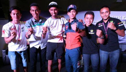 Pelumba Malaysia yang bakal beraksi pada  Moto2 (dari kiri) Mohd Zaqhwan Zaidi, Hafizh Syahrin , Azlan Shah Kamarulzaman. Pelumba Moto3 Zulfahmi Khairuddin, Amirul Hafiq dan Husni Aizat di Litar Sepang pada Khamis. - Foto S.S.KANESAN/The Star.