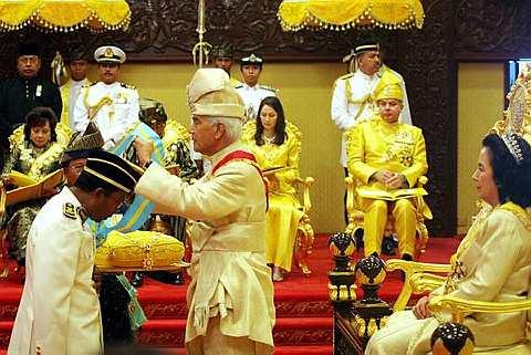 SULTAN Perak, Sultan Azlan Shah menganugerahkan pingat Seri Paduka Mahkota Perak (SPMP) kepada Menteri Besar Perak, Datuk Dr Zambry Abdul Kadir, yang membawa gelaran Datuk Seri, pada majlis penganugerahan pingat di Istana Iskandariah, sempena hari keputeraan baginda ke-81 hari ini. Zambry dan tiga orang lagi mendahului senarai 800 penerima darjah kebesaran dan pingat sempena ulang tahun ke-81 keputeraan baginda pada majlis penganugerahan itu. -- fotoBERNAMA