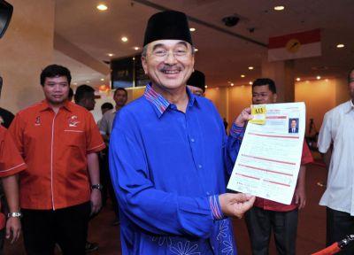 Ali Rustam hadir menyerahkan sendiri borang pencalonan bagi jawatan Naib Presiden Umno pada hari penyerahan borang pencalonan Umno 2013 di PWTC, Kuala Lumpur pada Sabtu. Foto BERNAMA