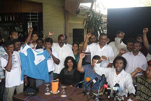 KECEWA... Ketua Bahagian Parti Keadilan Rakyat (PKR) Jerai, B.Kalaivar (duduk, tiga kiri) bersama sebahagian penyokongnya mengumumkan keluar daripada parti berkenaan ketika sidang akhbar di sini, hari ini. Kalaivanar berkata, tindakan keluar secara beramai-ramai itu adalah kerana mereka telah hilang kepercayaan dengan kepimpinan parti. Beliau yang juga Pengerusi Jawatankuasa Kemajuan Masyarakat India PKR Kedah berkata kesemua anggota yang keluar parti itu akan berkempen untuk calon bukan daripada PKR pada pilihan raya kecil Dewan Undangan Negeri (DUN) Bukit Selambau.