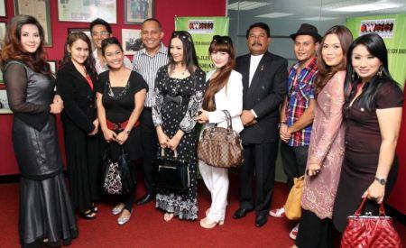 Para pelakon dan krew mendapat imbuhan atas sambutan drama Maharani dan Mak Yong terbitan World Evolution Brain (M) Sdn Bhd yang mendapat rating tinggi. Foto Low Boon Tat