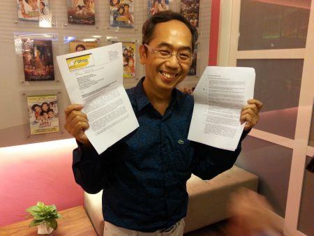 David Teo menunjukkan surat yang diemelkan oleh Seniman dan salinan kontrak artis naungan MIG.