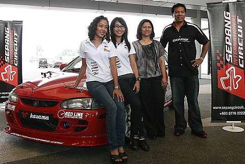 Razlan (kanan) bergambar bersama Pengurus Besar Petronas Motorsport, Anita Azrina Abdul Aziz (dua dari kanan) dan dua pelumba wanita Pasukan Red Bull. Foto THE STAR/BRIAN MOH
