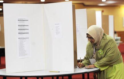 Penyandang Timbalan Ketua Dewan Muslimat PAS Pusat (DMPP), Dr Siti Mariah Mahmood semasa membuang undi yang dicabar oleh Dr Najihah bagi membuat pemilihan semasa Muktamar Muslimat Tahunan kali ke - 53 di Dewan Jubli Perak, di Shah Alam. Seramai 638 orang jumlah perwakilan layak mengundi untuk memilih saf kepimpinan DMPP bagi sesi 2013-2015. -FotoBERNAMA