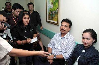 Datuk Siti Nurhaliza dan suami, Datuk Khalid Mohd Jiwa ketika ditemui di luar bilik Yasmin Ahmad dirawat. - foto UTUSAN