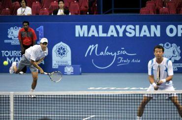 Yew Ming (kiri) dan Wang beraksi ketika menentang Peya dan Soares pada pusingan pertama acara beregu Kejohanan Tenis Terbuka Malaysia di Stadium Putra Bukit Jalil, Selasa. Foto: BERNAMA