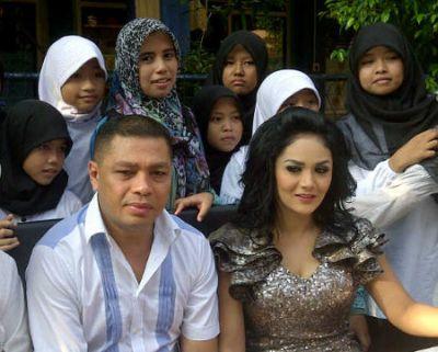 Krisdayanti bersama suaminya Raul Lamos meraikan anak yatim dalam majlis ulangtahunnya yang ke-38. foto-Detik.com