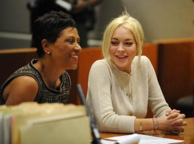 Gambar fail menunjukkan Lindsay Lohan (kanan) dan peguamnya, Shawn Chapman semasa hadir di mahkamah pada 2 November lalu.
