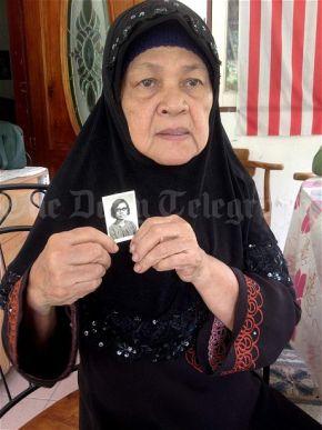 Kamar Mautum menunjukkan gambar Aishah yang hilang sejak 30 tahun lalu.