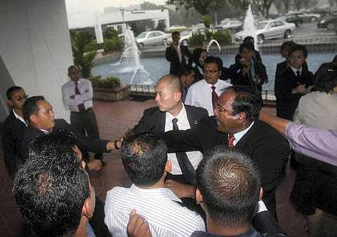 BERGELUT... Pertengkaran yang berlaku di antara Pemuda Umnno, menyebabkan ahli Parlimen, Segambut Lim Lip Eng ditarik bajunya. - foto The Star AZMAN GHANI.