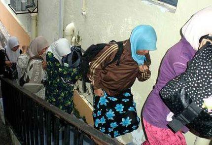 DIDAKWA.. Sebahagian daripada 18 orang termasuk lima wanita berusia 20-an, yang dipercayai sebahagian dari ahli ajaran Negara Islam Indonesia (NII), ditahan polis dan pegawai dari Jabatan Agama Islam Negeri Sembilan (JAINS) di Taman Perindustrian Oakland, Seremban kelmarin, dihadapkan di Mahkamah Syariah semalam. Sabit kesalahan di bawah Seksyen 53 Enakmen Jenayah Syariah Negeri Sembilan 2003, mereka boleh didenda RM3,000 atau dua tahun penjara.